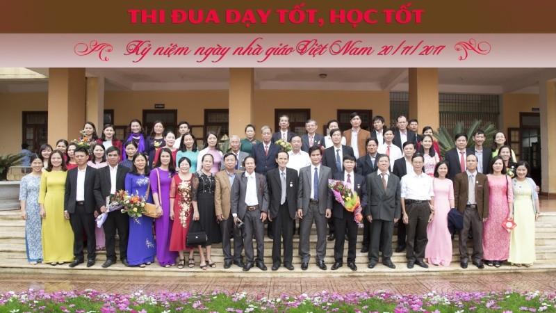 Đ/c Đặng Đại Tình, Chủ tịch UBND huyện tặng hoa chúc mừng BGH và tập thể cán bộ giáo viên nhà trường nhân ngày nhà giáo Việt Nam 20/11