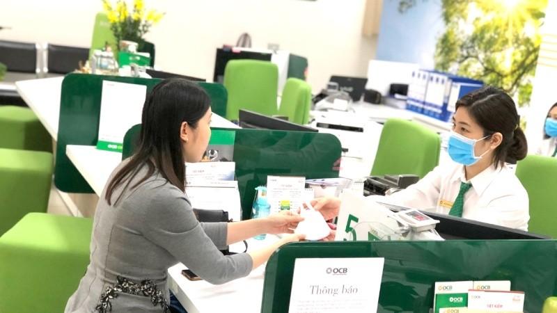 OCB tặng khẩu trang cho khách hàng đến giao dịch tại ngân hàng này