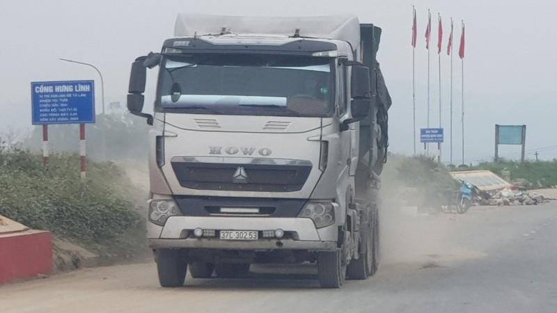Những chiếc xe trọng tải lớn hoạt động đe dọa sự an toàn của đê