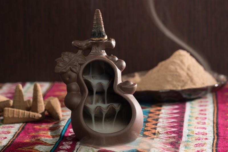 Nhang trầm hương giúp con người trở  nên tĩnh tại khi thiền.