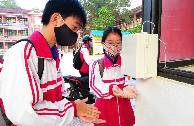 Chiếc máy rửa tay sát khuẩn tự động được lắp đặt trước cổng trường chuyên Lê Quý Đôn để học sinh và giáo viên rửa tay thuận tiện