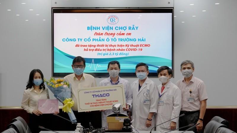Ông Nguyễn Một - Giám đốc Truyền thông THACO trao tặng thiết bị thực hiện kỹ thuật ECMO cho Bác sĩ Nguyễn Tri Thức - Giám đốc Bệnh viện Chợ Rẫy