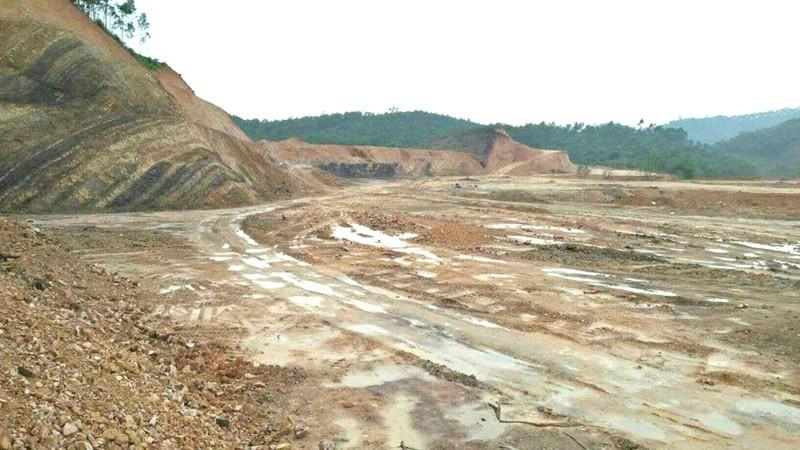 """""""Đại công trường"""" khai thác đất trái phép diễn ra nhiều tháng trời tại xã Đồng Tân."""