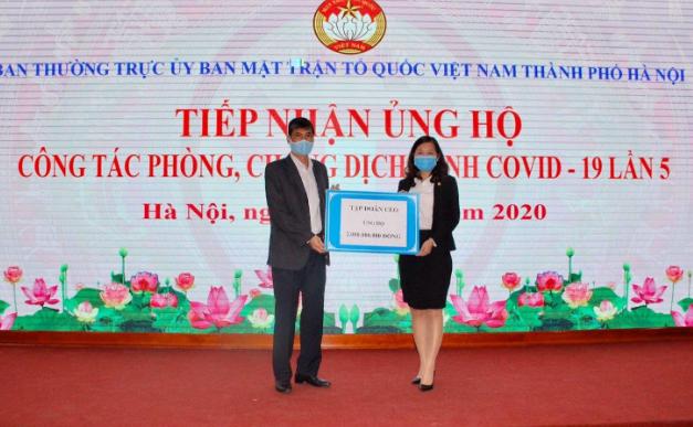 Đại diện Tập đoàn CEO – bà Phan Lê Mỹ Hạnh, Phó Tổng Giám đốc đã trao tặng 2 tỷ đồng cho đại diện Ban Thường trực Ủy ban MTTQ Việt Nam TP Hà Nội