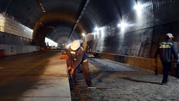 Công nhân miệt mài thi công tại hầm Hải Vân quyết tâm hoàn thành dự án vào 2/9/2020