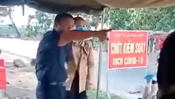 Ông Lưu Văn Thanh không đeo khẩu trang, phản ứng khi bị yêu cầu đo thân nhiệt (Hình cắt từ clip)