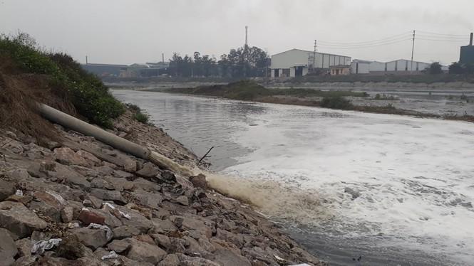 Nhiều nhà máy tái chế giấy ở xã Phú Lâm, huyện Tiên Du xả nước thải ra sông Ngũ Huyện Khê. Ảnh: Nguyễn Thắng