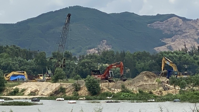 """Hình ảnh thực tế của công trường khai thác cát dưới cái tên """"dự án khơi thông dòng chảy"""""""