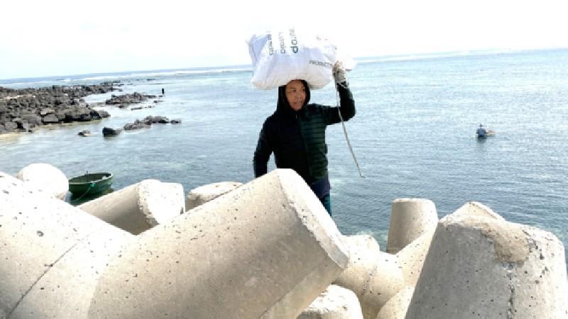 Nhọc nhằn kế mưu sinh của phụ nữ miền biển