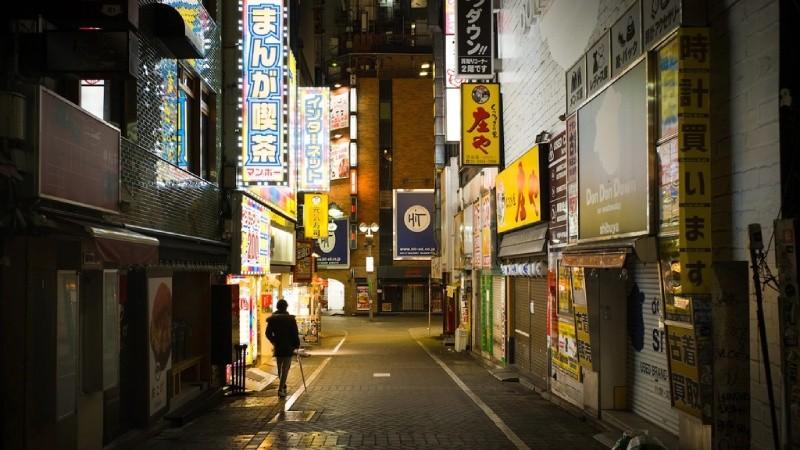 Hình ảnh những quán bar, câu lạc bộ trong con hẻm vắng vào ban đêm ở quận Shibuya, Tokyo