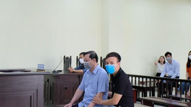Bị cáo Phương (bên trái) tại phiên xử