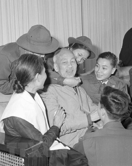 Chu tich Ho Chi Minh: Mot tinh yeu bao la voi nhan dan Viet Nam hinh anh 3