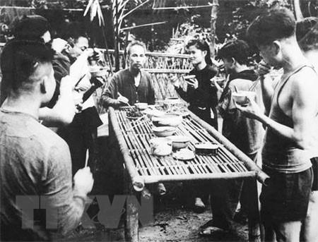 Bác Hồ trong một bữa cơm cùng đồng bào, chiến sỹ tại chiến khu Việt Bắc. (Ảnh: Tư liệu/TTXVN)