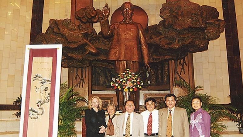 Bức tranh thêu, món quà thể hiện tình hữu nghị của Chủ tịch Hồ Chí Minh