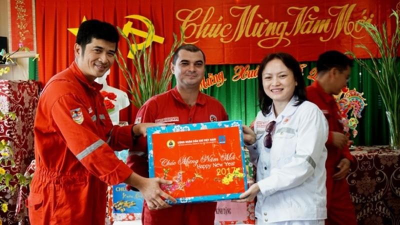 Chủ tịch Công đoàn Dầu khí Việt Nam – bà Nghiêm Thùy Lan trong một lần đi thăm công nhân người lao động trên giàn khoan của Vietsovpetro