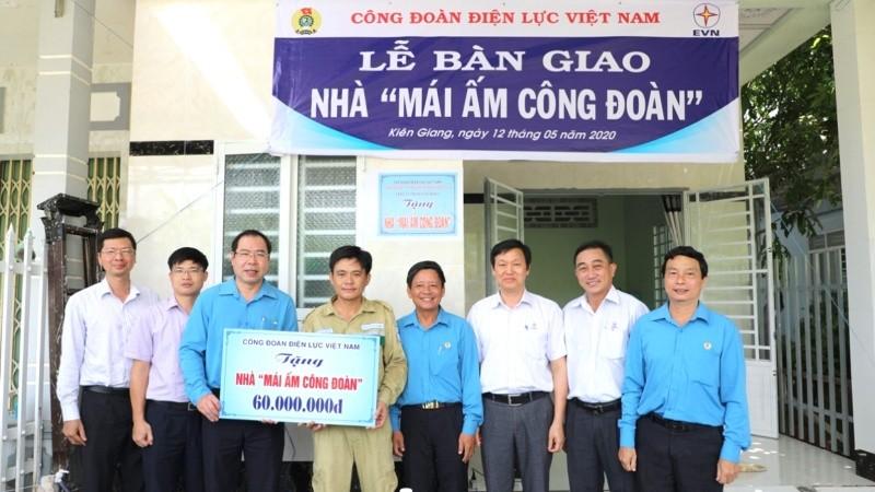 Quan tâm đời sống người lao động là hoạt động thường xuyên ở Công đoàn Điện lực Việt Nam