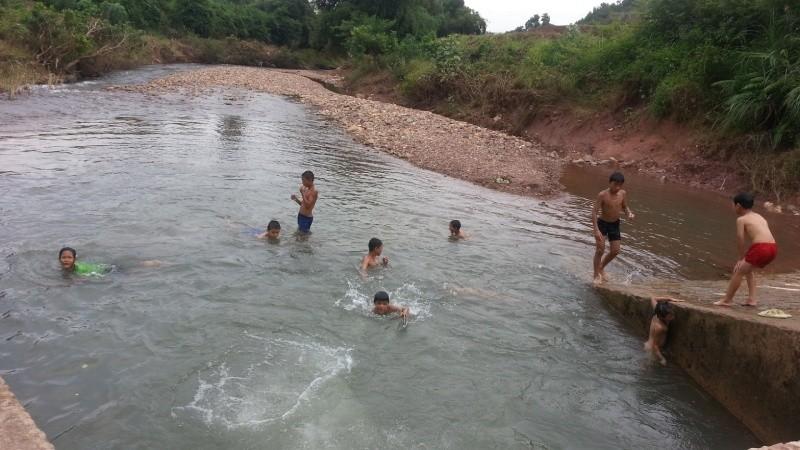 Mùa hè, cẩn thận với trẻ bơi lội