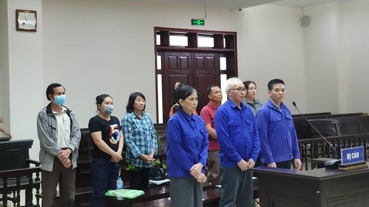 Bị cáo Thế Anh (hàng đầu, ngoài cùng bên phải) tại phiên tòa