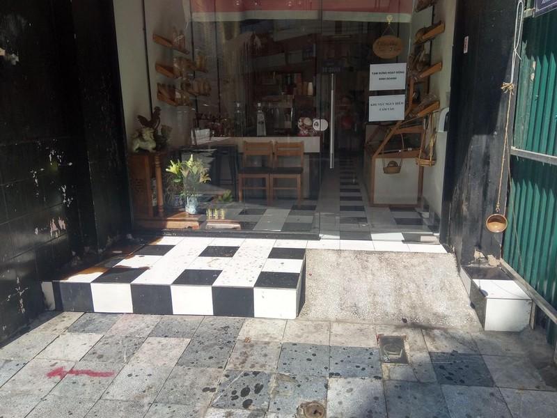 Cửa hàng tại số 33 Hàng Bè (phường Hàng Bạc, Hoàn Kiếm, Hà Nội) bị ném chất bẩn