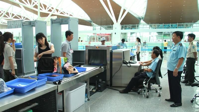 Cán bộ Hải quan làm thủ tục cho hành khách XNK tại nhà ga mới sân bay Đà Nẵng