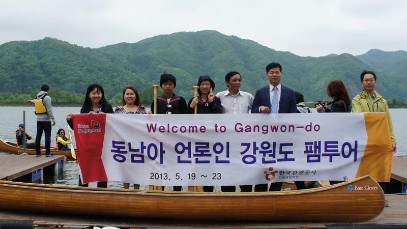 Nhà báo Thùy Dương (thứ 2 từ trái sang) cùng đoàn nhà báo châu Á tại Gangwon-do, Hàn Quốc năm 2013