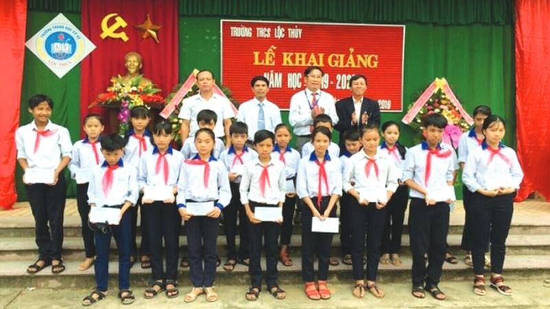 Đại diện VPĐD Báo PLVN tại Thừa Thiên - Huế  trao học bổng cho các em học sinh nghèo trường THCS Lộc Thuỷ, Phú Lộc, Thừa Thiên - Huế
