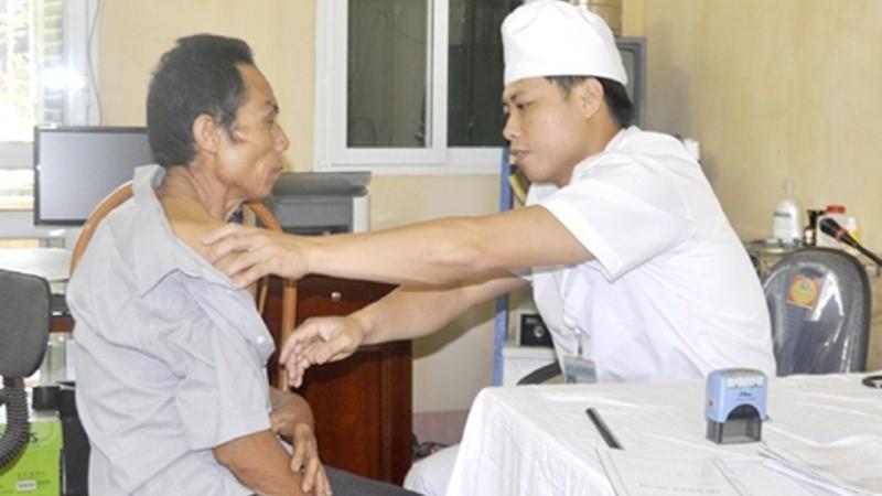 Bác sỹ BV Kim Xuyên khám cho bệnh nhân (nguồn internet)