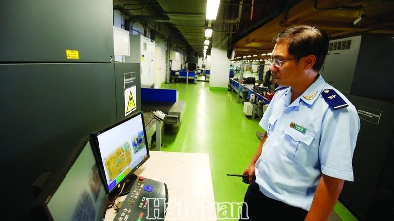 Công chức hải quan sân bay Nội Bài - Cục Hải quan Hà Nội giám sát hành lý hành khách xuất nhập cảnh. (Ảnh minh họa: Huy Khâm)