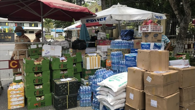 Hàng trăm tấn hàng, quà của người dân, nghệ sĩ, doanh nghiệp…  khắp cả nước gửi tặng các bệnh viện và khu cách ly tại Đà Nẵng. Ảnh Mai Hương