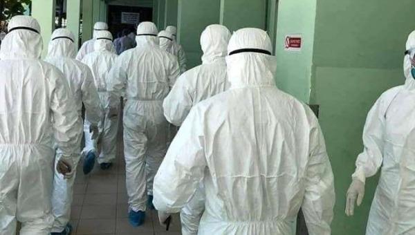 Những chiến binh áo trắng ngược dòng vào tâm dịch