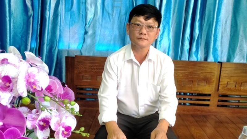 Ông Nguyễn Trí Tuệ đang trao đổi với PV