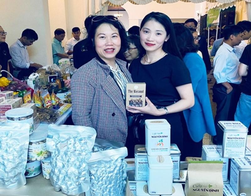 Giám đốc Nguyễn Thanh Huyền (bên phải) tại một hội chợ giới thiệu hàng nông sản.