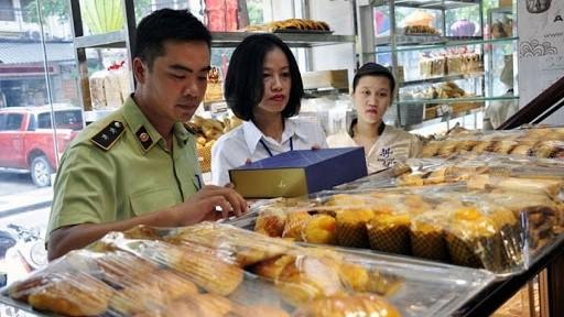 Lực lượng QLTT Hà Nội phối hợp Cảnh sát Môi trường kiểm tra liên tục mặt hàng bánh trung thu.