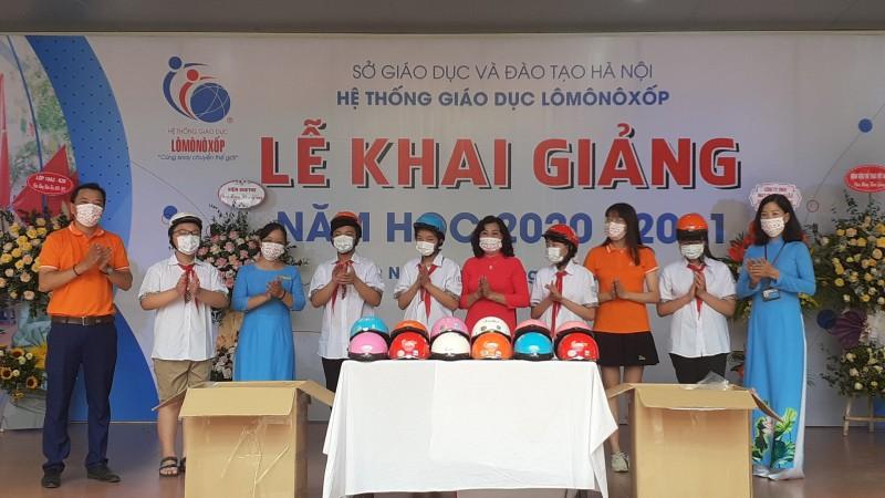 Đại diện Nhãn hàng khẩu trang y tế thời trang và mũ bảo hiểm B'color thuộc Công ty CP Á Long đã trao tặng 3.000 khẩu trang y tế và 50 chiếc mũ bảo hiểm cho trường Lômônôxốp.