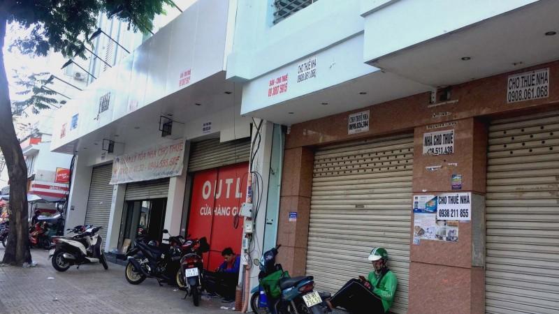 Hàng loạt cửa hàng trả mặt bằng trên một tuyến phố tại TP HCM.