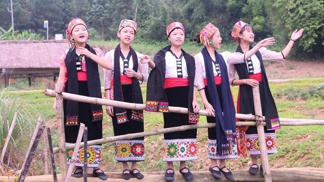 Những bài hát đồng dao trong trẻo cất lên giữa không gian bao la Làng Văn hóa - Du lịch các dân tộc Việt Nam.