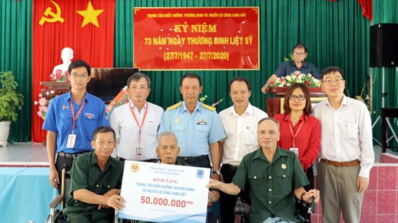 Ông Nguyễn Sinh Khang, Chủ tịch HĐQT PV GAS (thứ 2 từ trái sang, hàng trên) tham gia chương trình Nghĩa tình đồng đội, chăm sóc Thương bệnh binh, gia đình có công trong dịp 27/7 vừa qua.