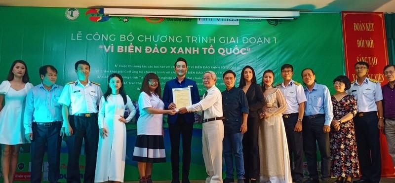 Ban tổ chức trao Quyết định làm Đại sứ của chương trình cho ca sỹ - diễn viên Nguyễn Phi Hùng (Ảnh:Bảo Lan)