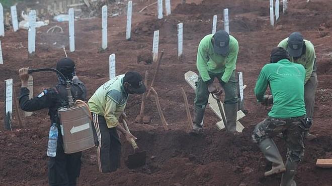Hình ảnh thợ đào mộ tại Đông Jakarta, Indonesia.
