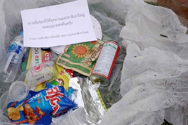 Rác xả bừa bãi trong vườn quốc gia Khao Yai sẽ được gửi trả qua đường bưu điện cho du khách - Ảnh: EPA
