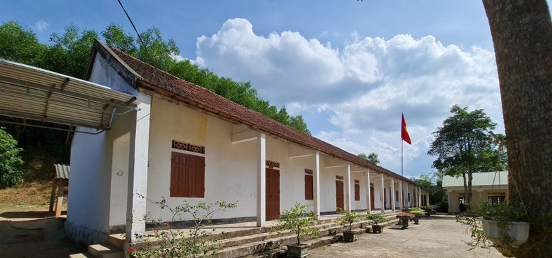 Những dãy phòng học được xây dựng từ 20 năm trước giờ đã xuống cấp nghiêm trọng.