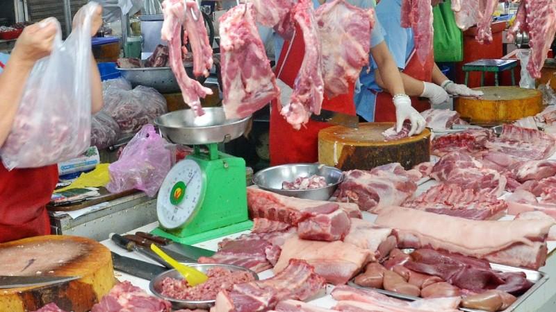 """Giá thịt lợn hơi và thành phẩm vẫn """"neo"""" ở mức cao."""