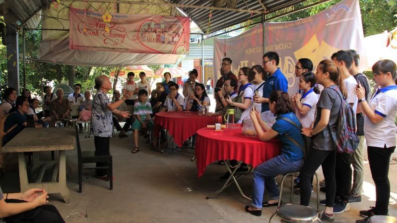 Sinh viên một trường Đại học tổ chức đến thăm các cụ ở nhà dưỡng lão nghệ sĩ.