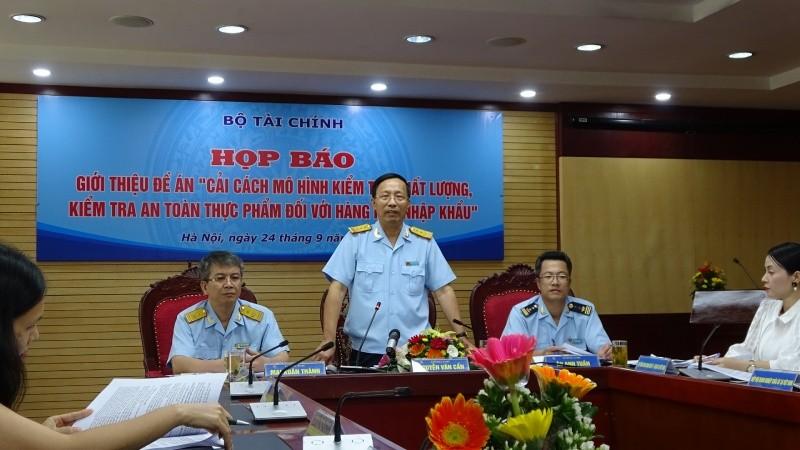 Tổng cục trưởng Tổng cục Hải quan Nguyễn Văn Cẩn trả lời họp báo.