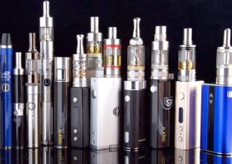 Bên cạnh thuốc lá điếu, thuốc lá thế hệ mới đang bị bày bán tràn lan bất hợp pháp cũng là mối đe doạ với giới trẻ (Ảnh: B.K)