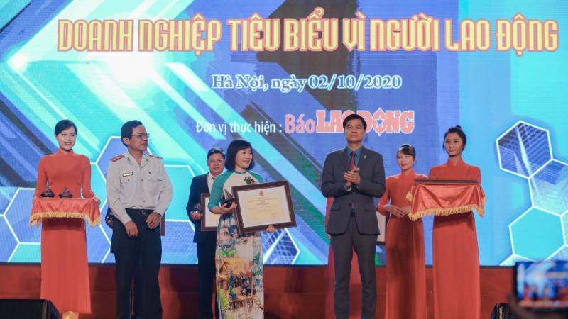 Đại diện Công ty Vedan Việt Nam nhận bằng khen từ ban tổ chức.