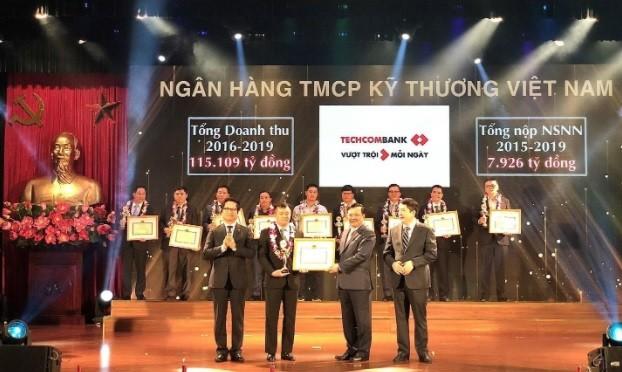 Phó Tổng Giám đốc Techcombank, ông Phạm Quang Thắng nhận bằng khen tại buổi lễ vinh danh.