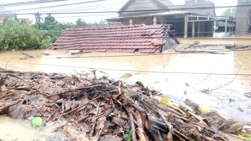 Nhà ở phường Hương Vân, thị xã Hương Trà, Thừa Thiên - Huế nước ngập tới nóc.
