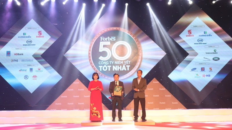 Ông Hoàng Long Hội – Đại diện lãnh đạo Techcombank nhận danh hiệu tại lễ vinh danh
