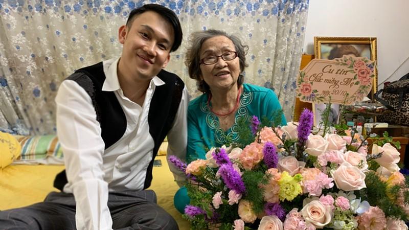 Ca sĩ Dương Triệu Vũ tặng hoa cho mẹ nhân ngày 20/10.